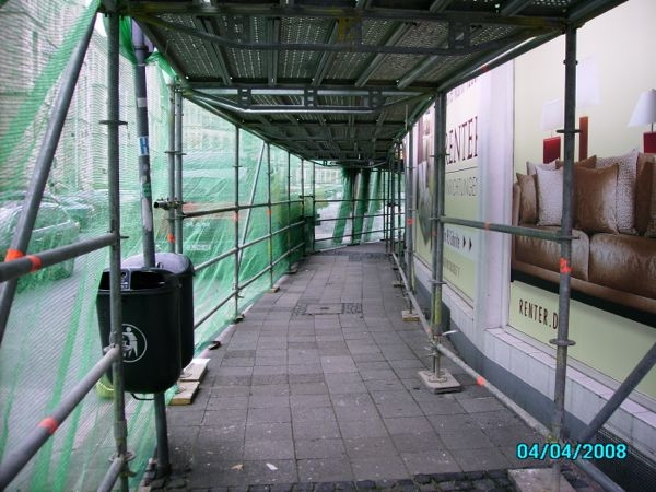 Schutztunnel unter einemFassadengerüst