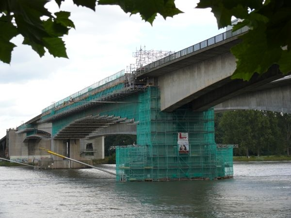 Brückensanierung mit einem Hängegerüst über der Bundeswasserstraße Rhein mit einer spritzwasserdichten Abdeckung