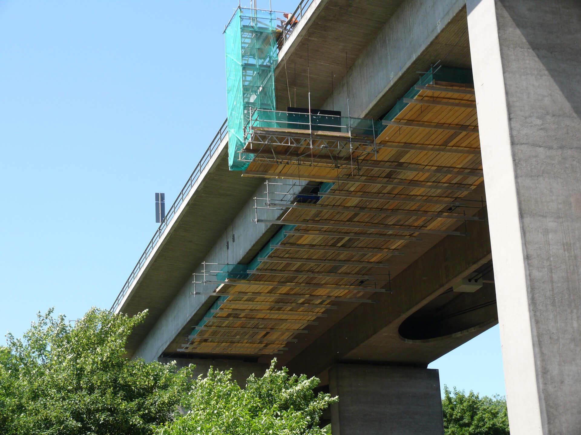 Hängegerüst Autobahnbrücke von unten