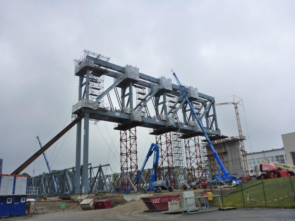 Baustelle mit Industriegerüst beim Aufbau