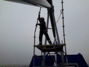 Layher Allroundgerüste, Stahlrohrkupplungsgerüst und Gitterplanen brachten die Monteure per Lastenaufzug auf eine Ebene in 30 Metern Höhe.